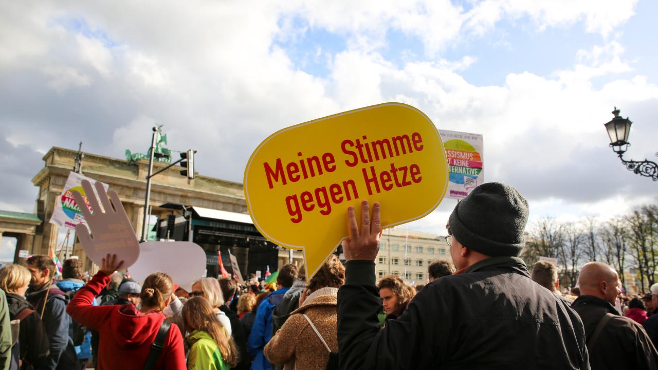 Großdemonstration Gegen Hass und Rassismus im Bundestag_Das können Sie tun (c)PMCheung_16_9
