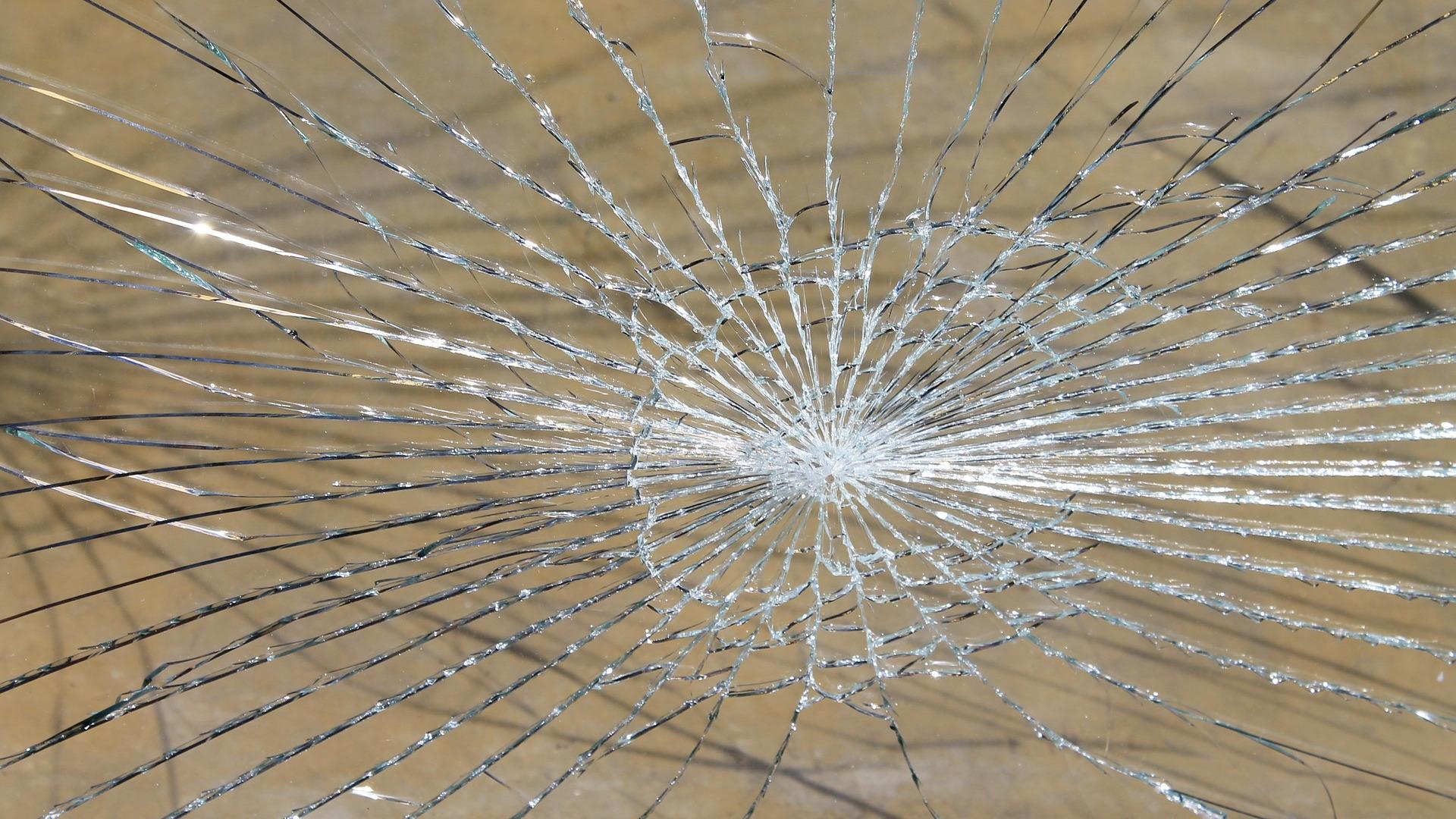 glass-breakage-16_9(Pixabay)