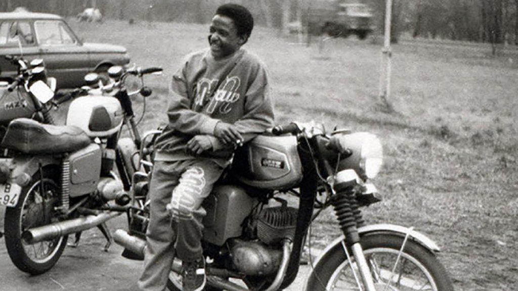 Bild: Amadeu Antonio auf Moped