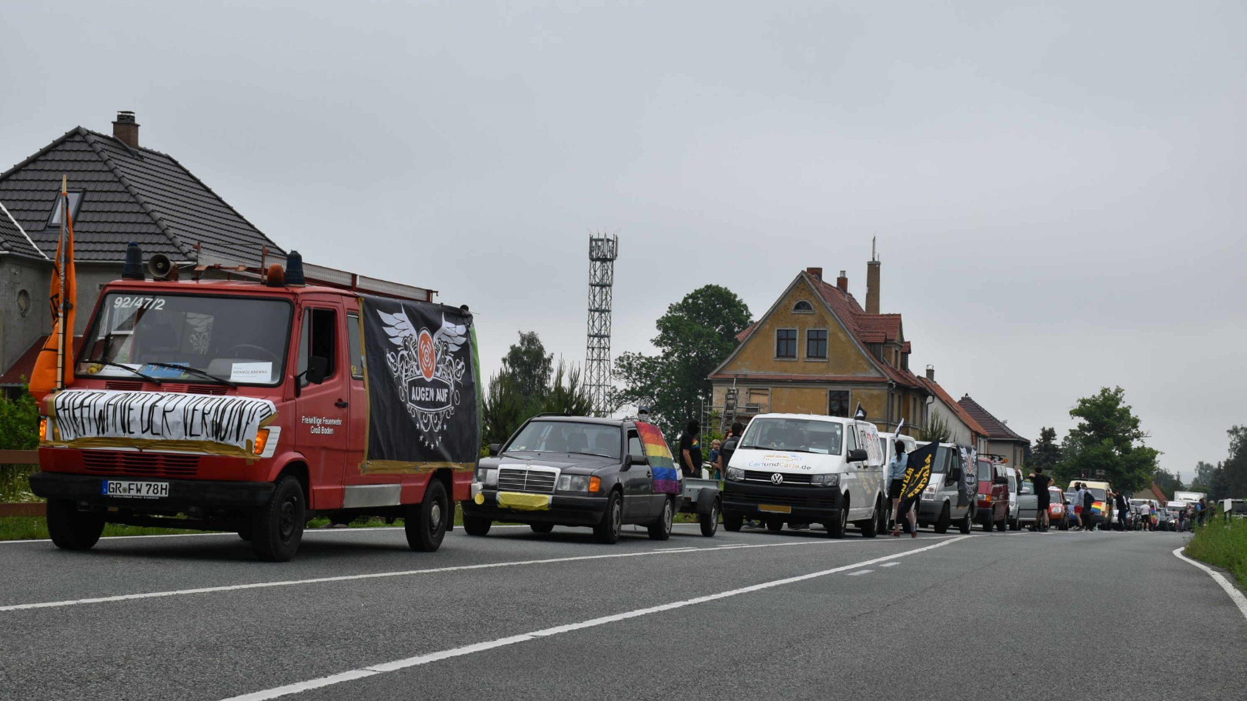 Ein bunter Autokorso mit politischen Botschaften gegen rechtsextreme Proteste fährt über die B96.