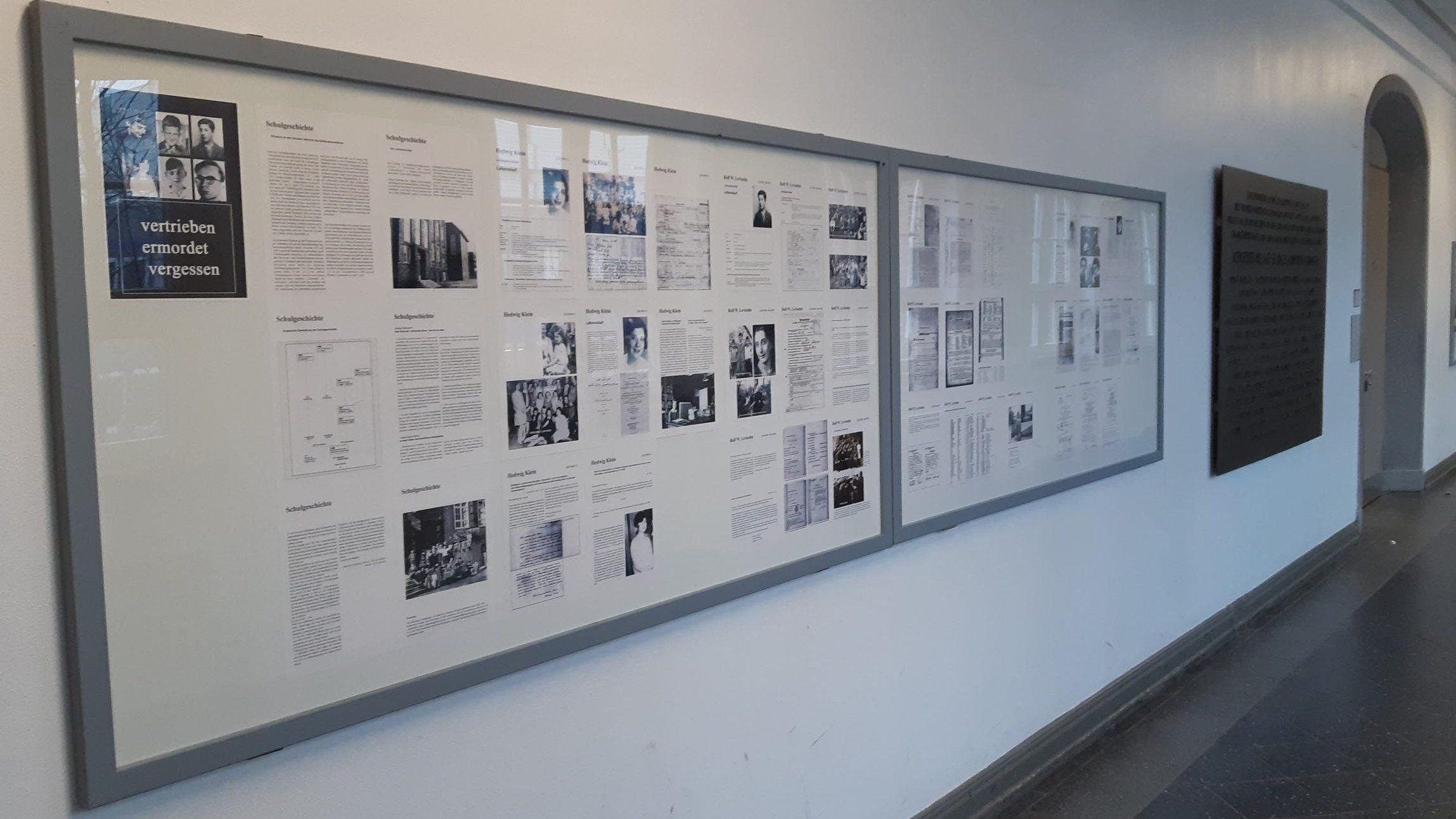 An einer Wand sind Bilder und Texte ausgestellt